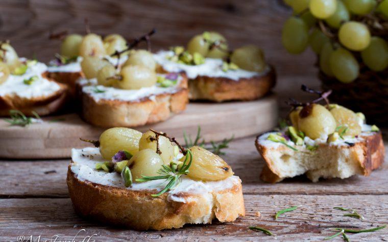 Crostini con uva arrosto e crema di ricotta