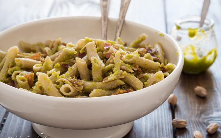 Pasta speck e pesto di pistacchio