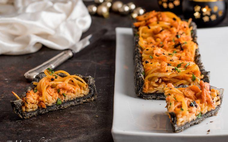 Crostata nera di linguine al salmone