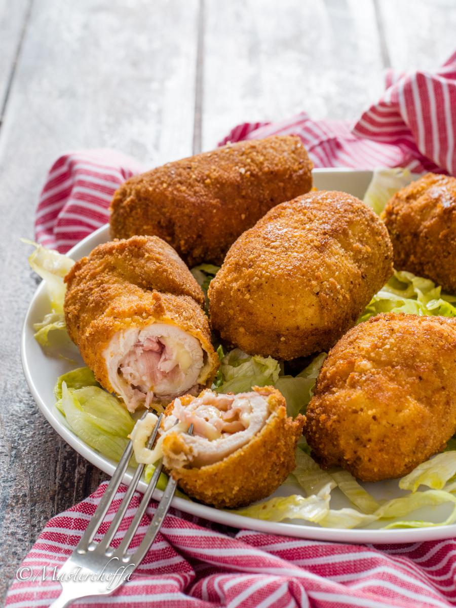 Rotolini di pollo panati con prosciutto e formaggio