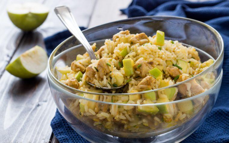 Insalata di riso, mele e pollo al curry