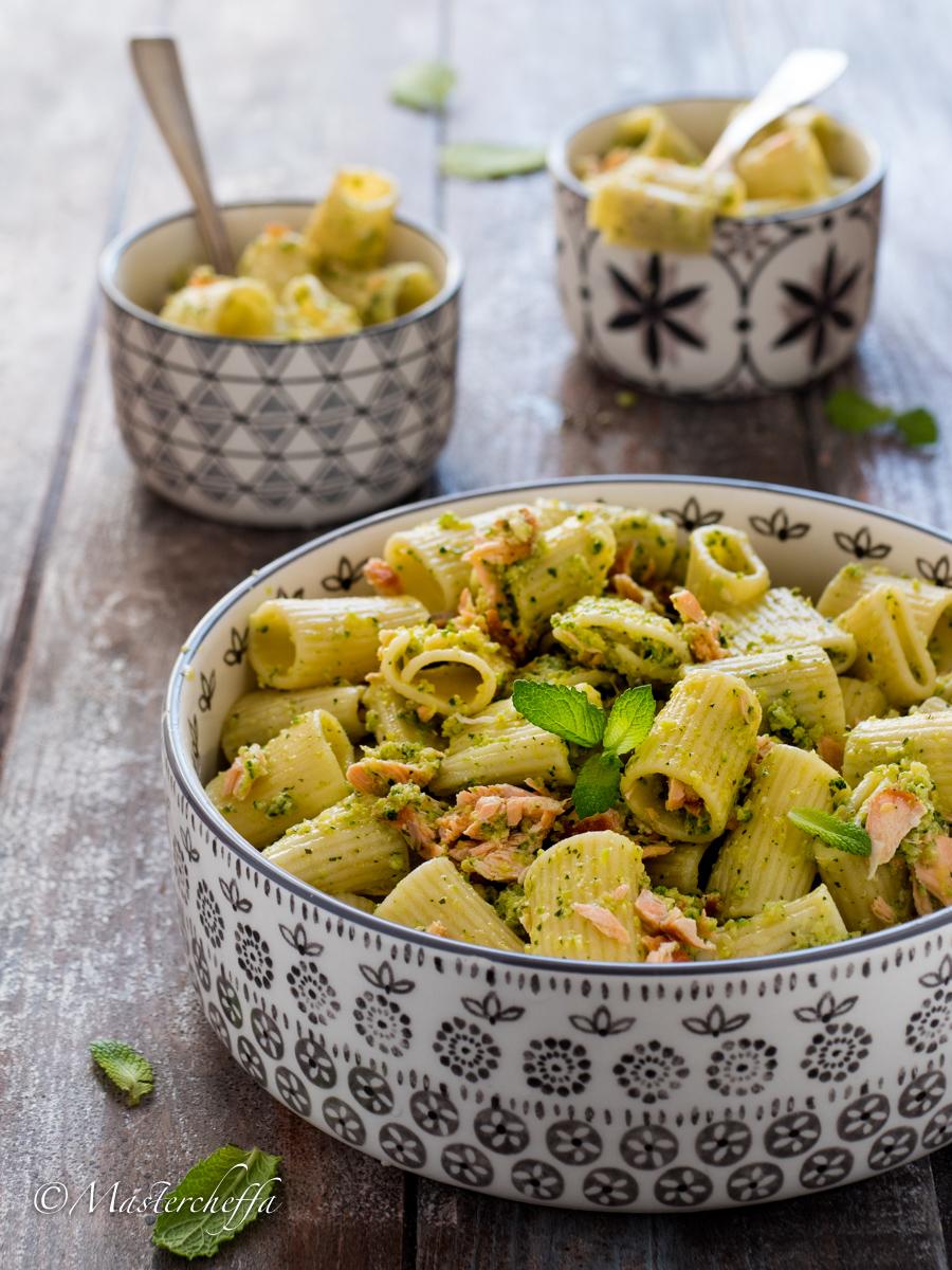 Insalata di pasta con salmone e pesto di zucchine