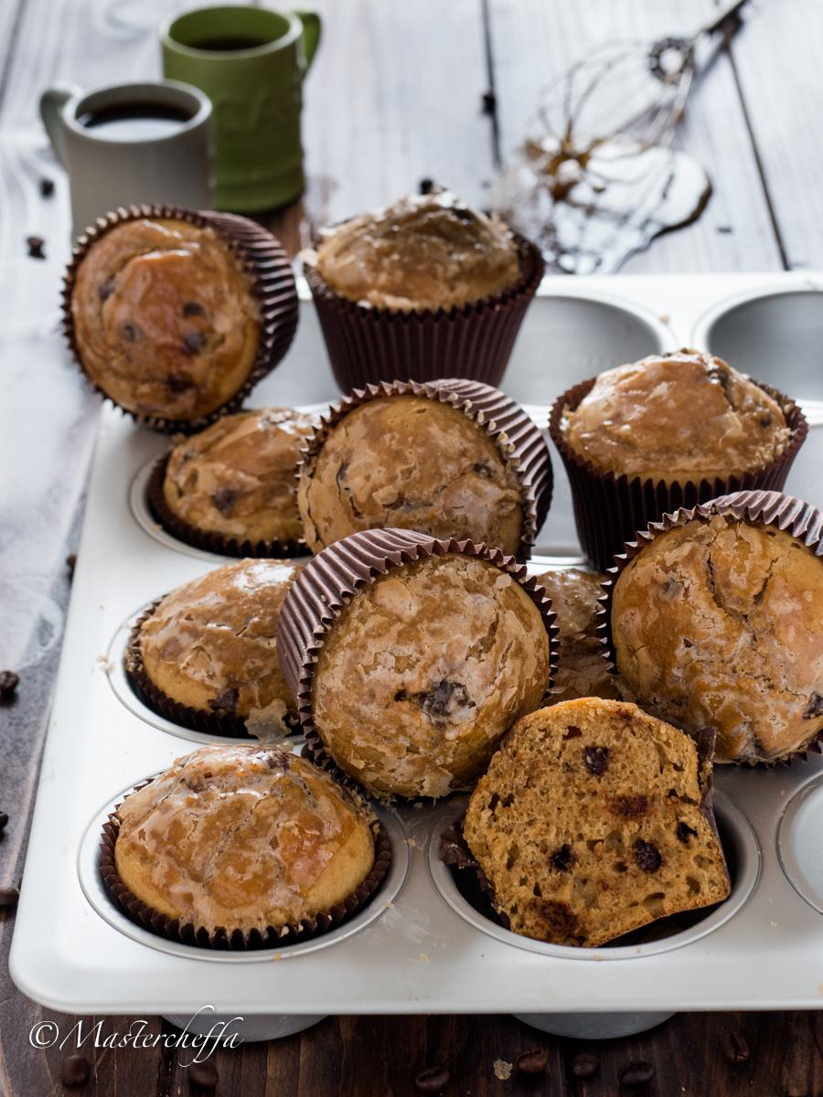 Muffin al caffè glassati con gocce di cioccolato
