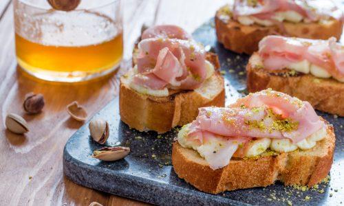 Bruschette mortadella e pistacchi al miele