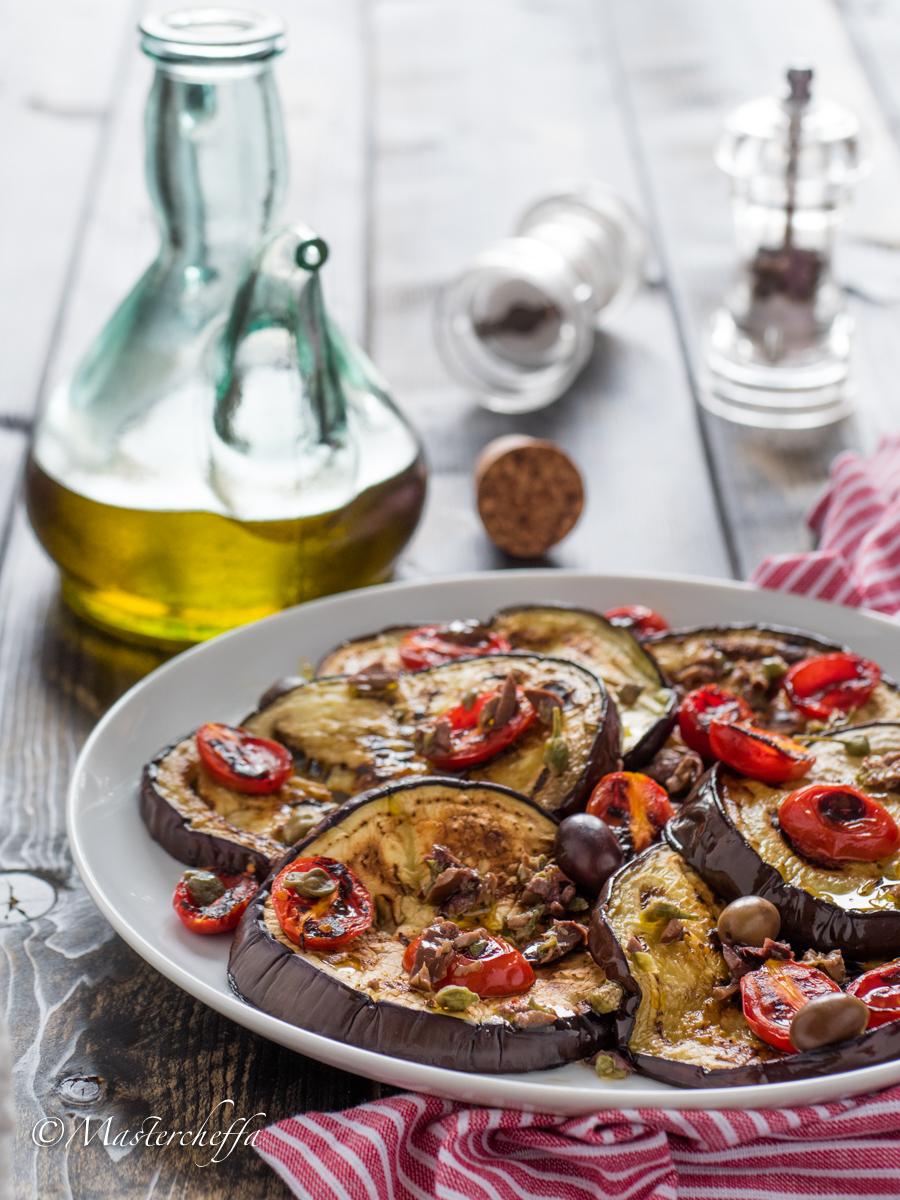 Melanzane e pomodori arrosto con capperi e olive