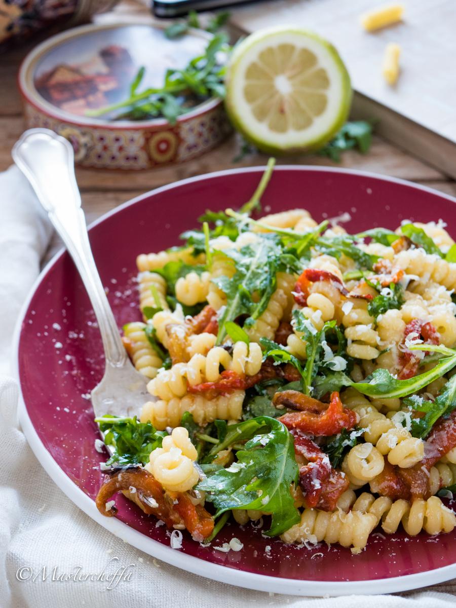 Insalata di pasta tiepida con peperoni, rucola e ricotta salata