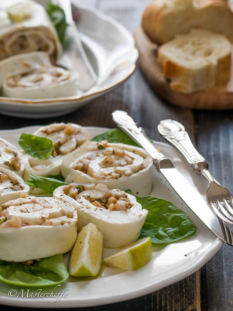 Rotolo di mozzarella farcito con zucchine, gamberetti e noci