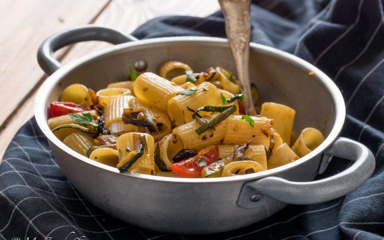 Pasta olive, zucchine e pomodorini