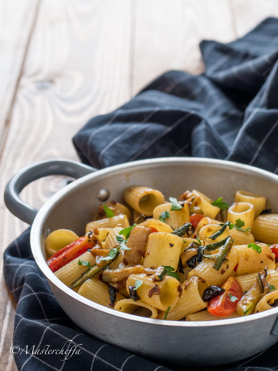 Pasta olive zucchine e pomodorini