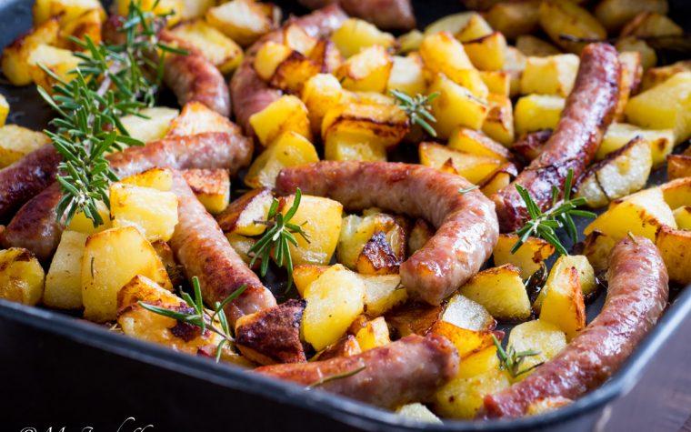 Salsiccia e patate al forno – un grande classico!
