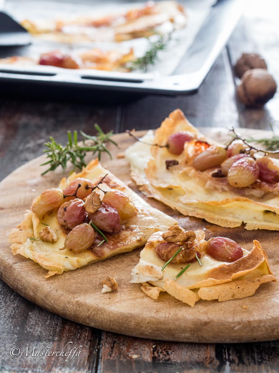 Crêpes al forno con lardo, uva arrosto, noci e formaggio filante