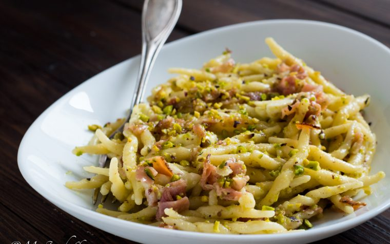 Insalata di pasta calda con speck, mozzarella e pesto di pistacchi