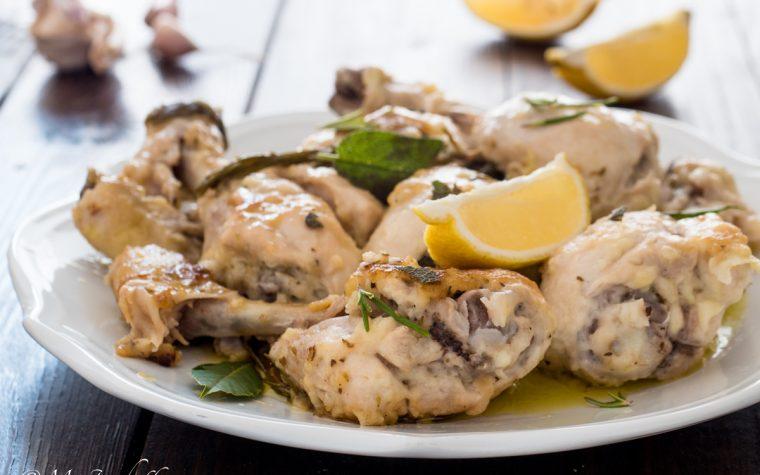 Fusi di pollo al limone ed erbe mediterranee in padella