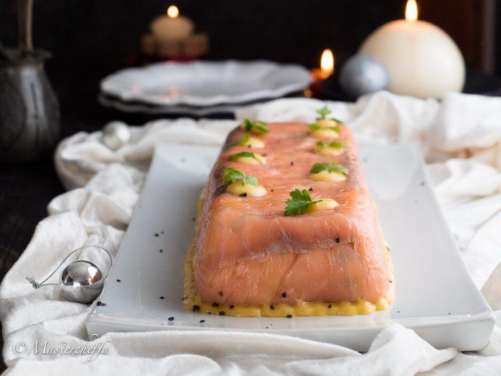 Tronchetto di salmone affumicato ripieno di insalata russa