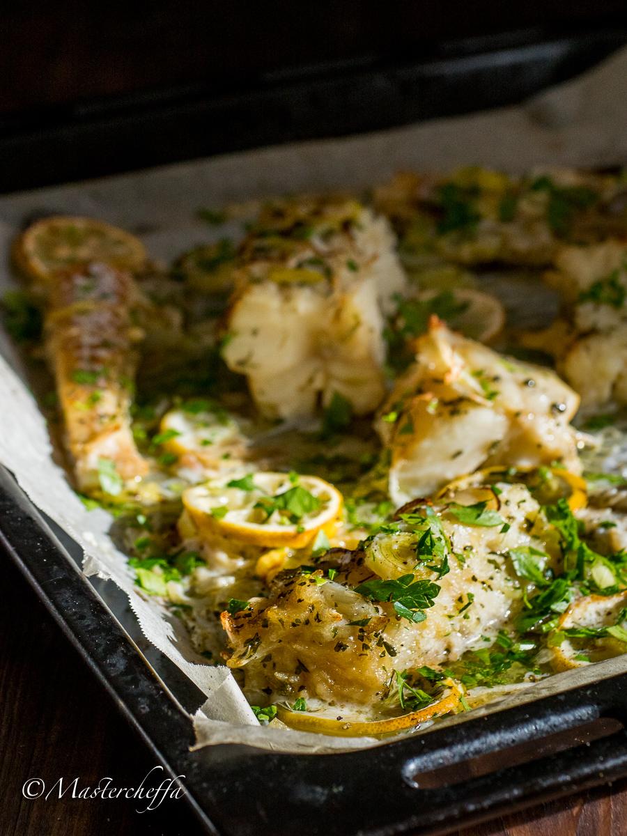 Baccalà al forno con burro e limone su letto di porri