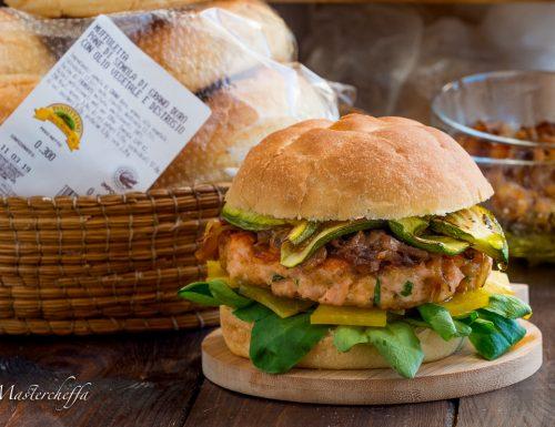 Muffolette gourmet con burger di salmone, piacentino e cipolle caramellate