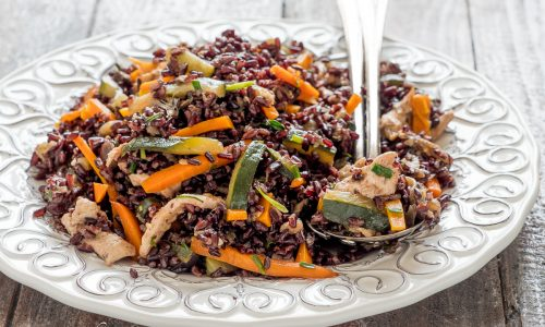 Insalata di riso venere con pollo e verdure alla salsa di soia