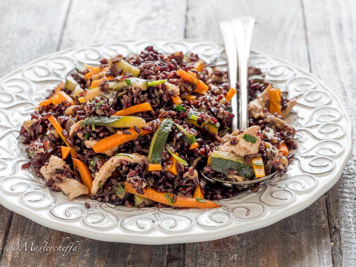 insalata di riso venere con pollo e verdure