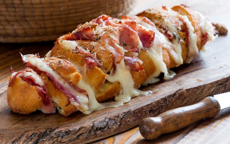 Pane farcito con prosciutto e formaggio