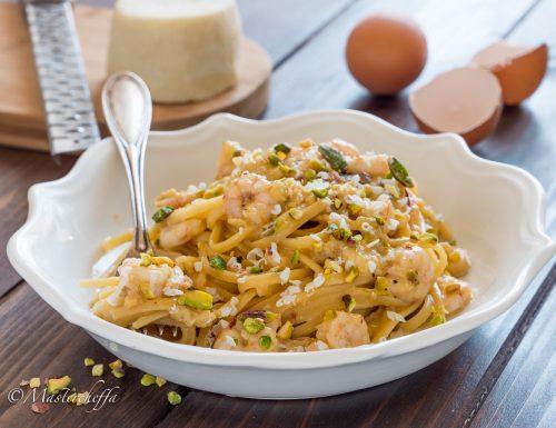Spaghetti alla carbonara di gamberi con pistacchi e ricotta salata