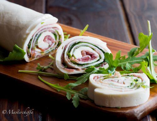 Rotolo di mozzarella farcito crudo, rucola e parmigiano