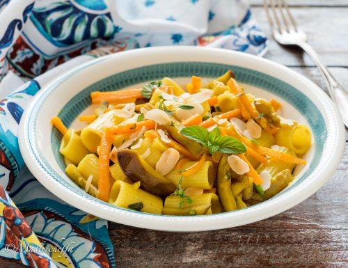 Pasta melanzane e carote alla curcuma con mandorle croccanti