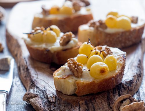 Bruschette con uva arrosto, noci e gorgonzola