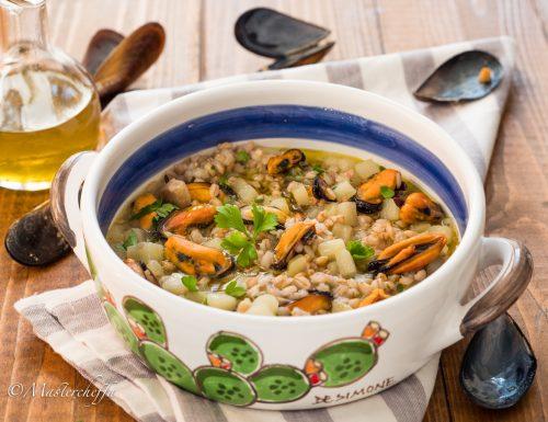Zuppa di orzo e patate con cozze e funghi