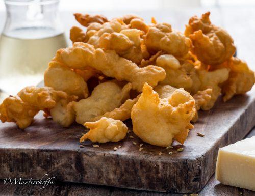 Frittelle salate al vino bianco con formaggio e semi di finocchio