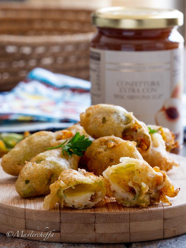 Fiori di zucca ripieni di acciughe, mozzarella e confettura di pesche