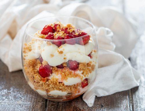 Cheesecake con fragoline di bosco al bicchiere