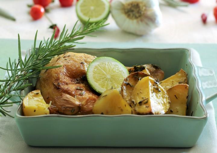 Cosce di pollo al forno con erbe aromatiche e limone