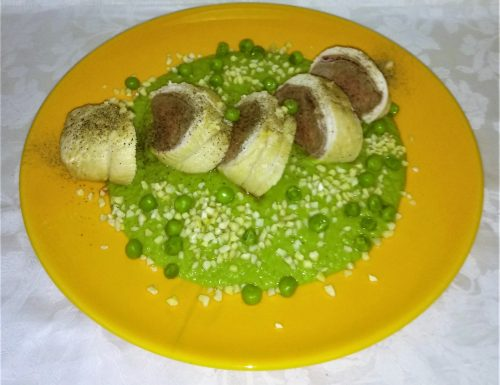 Rotolino goloso in salsa di piselli e granella di nocciole