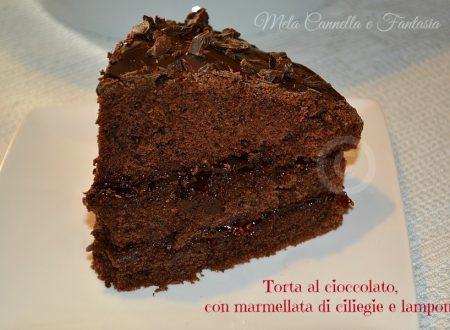 Torta al cioccolato, con marmellata di ciliegie e lamponi