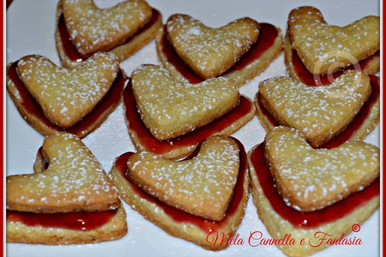 Biscotti di pasta frolla con marmellata di ciliegie