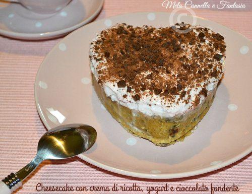 Cheesecake con crema di ricotta, yogurt alla ciliegia e cioccolato fondente