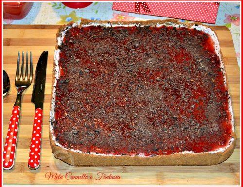 Cheesecake con marmellata di fragole e scaglie di cioccolato fondente (senza cottura)