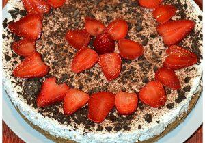 Cheesecake stracciatella con fragole e scaglie di cioccolato fondente (senza cottura)