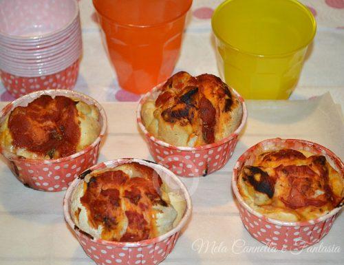 Pizza muffins con impasto lievitato farciti con pomodoro mozzarella e speck