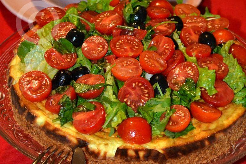 Cheesecake salata con pomodorini, olive, parmigiano e misticanza
