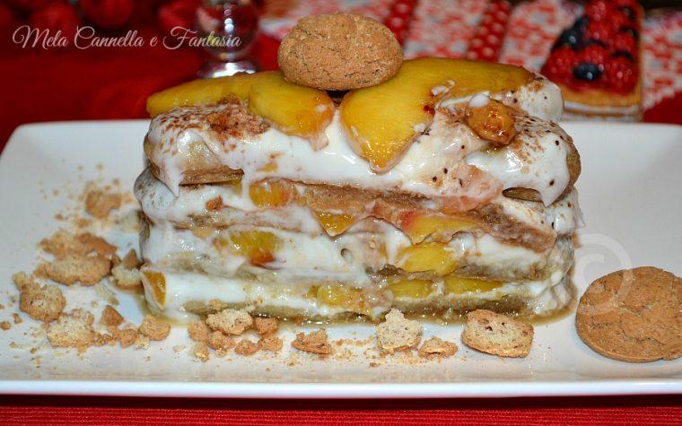 Tiramisù alle pesche, con yogurt, amaretti e arachidi pralinate (ricetta light)