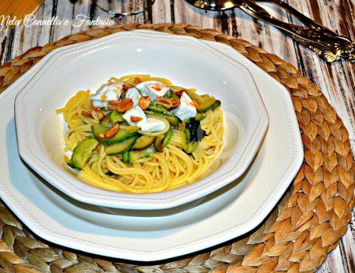 Spaghetti di mais e riso con zucchine, mozzarella di bufala e arachidi tostate (gluten free)