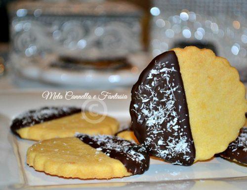 Biscotti al burro glassati al cioccolato fondente e cocco