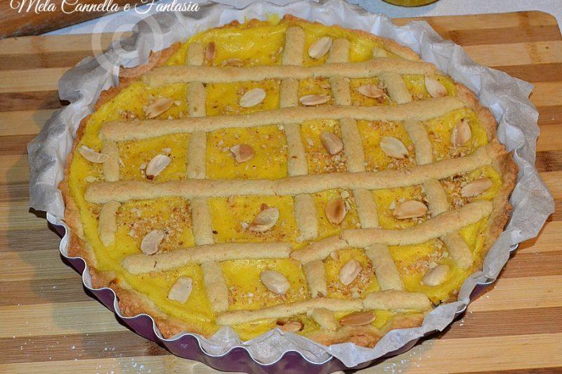 Crostata con crema pasticcera e mandorle tostate