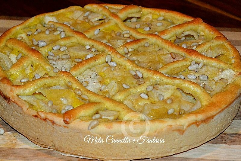 Crostata con crema pasticcera, mele e pinoli