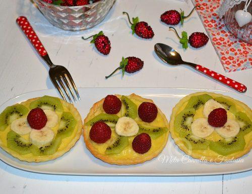 Crostatine di pasta sfoglia con crema e frutta fresca