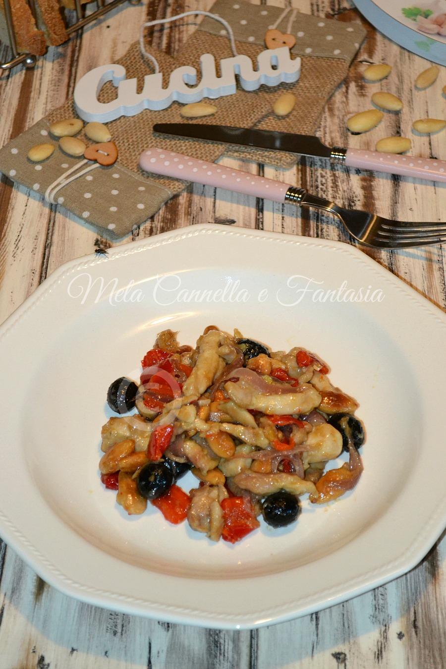 Pollo alle mandorle con peperoni e olive