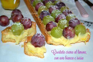 Crostata con crema al limone, uva bianca e uva rossa