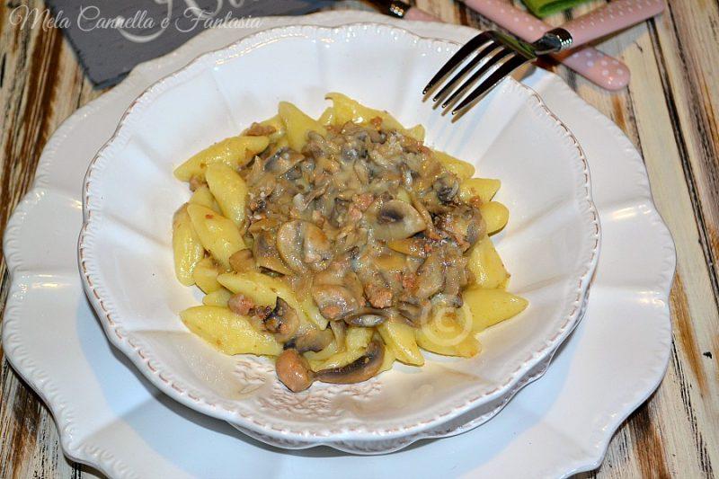 Gnocchi cremosi con funghi e salsiccia – ricetta facile