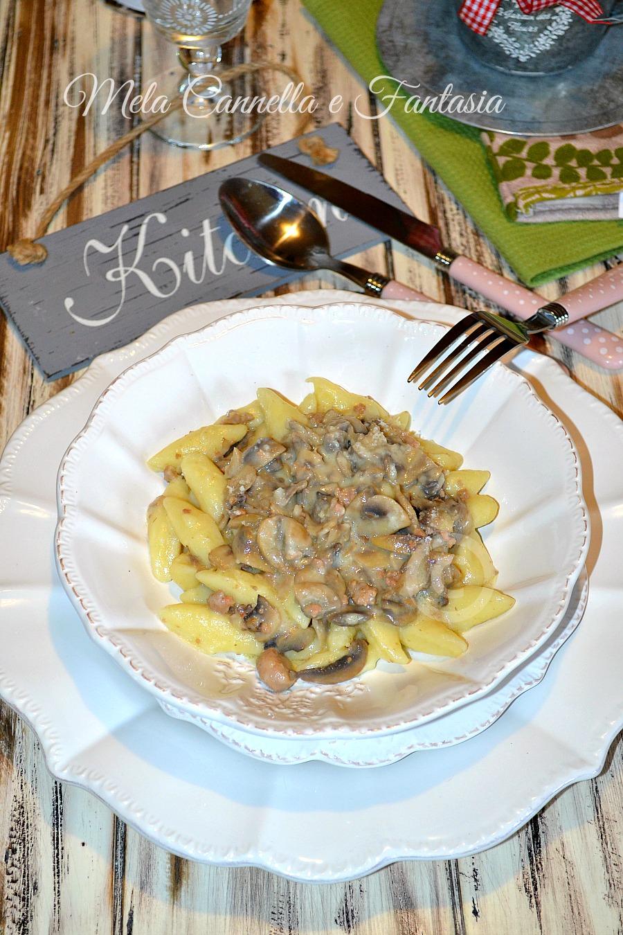 Gnocchi cremosi con funghi e salsiccia - ricetta facile